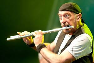 "IAN ANDERSON (JETHRO TULL): ""Pass the Bottle (A Christmas Song)"" (διασκευή με έγχορδα)"